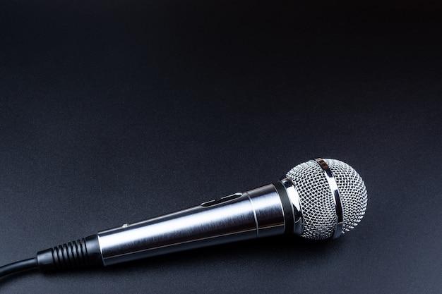 Microfono su sfondo nero Foto Premium