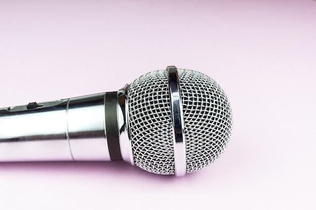 Microfono su uno sfondo rosa Foto Premium