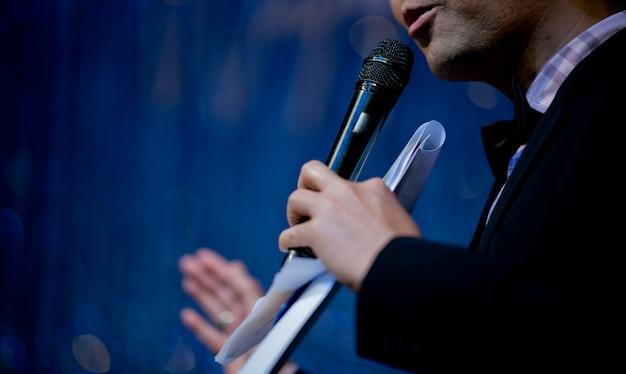 Microfono sul palco, speaker, conferenza Foto Premium