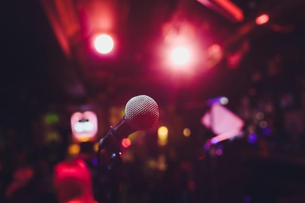 Microfono sul palco su uno sfondo di auditorium. Foto Premium