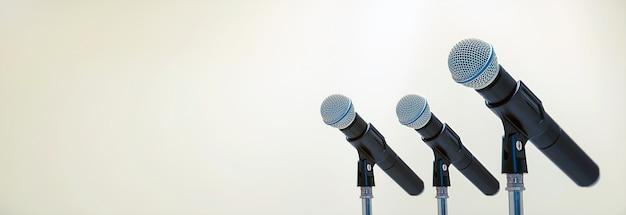 Microfono sul supporto per parlare in pubblico, dare il benvenuto o congratulazioni per lavoro concetto di sfondo di successo. Foto Premium