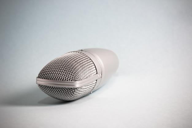 Microfono vintage con luci e ombre Foto Premium