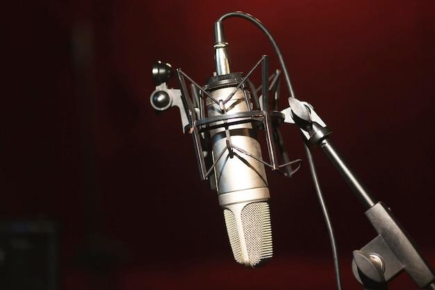 Microfono vista frontale su un supporto e copia spazio Foto Gratuite