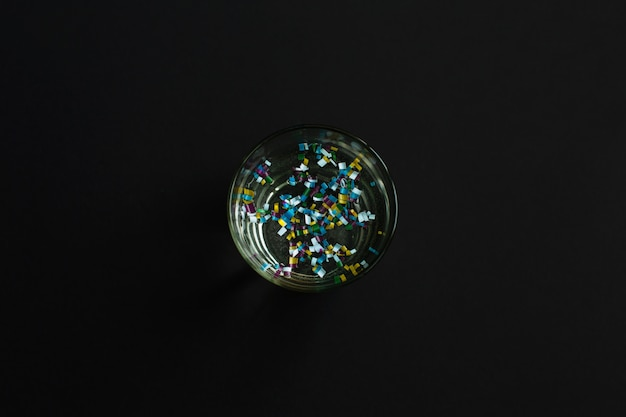 Microplastica in bicchiere d'acqua Foto Premium