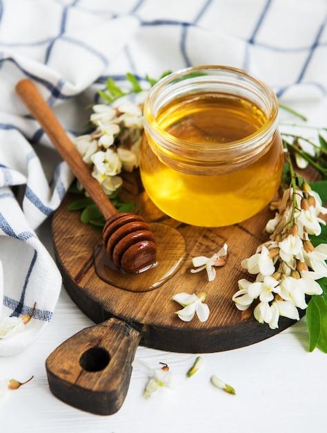 Miele con fiori di acacia Foto Premium