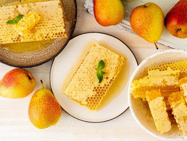 Miele in favo, primo piano, su piatto in ceramica marrone Foto Premium