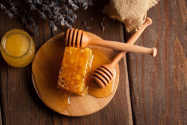 Miele su fondo in legno. Foto Premium