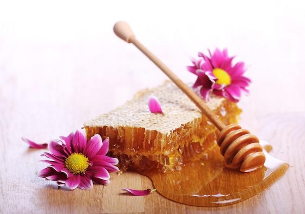Miele sul tavolo di legno Foto Gratuite