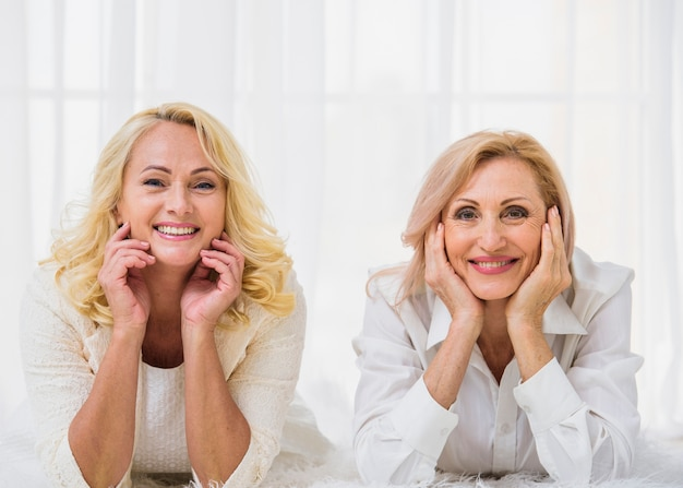 Migliori amici senior che sorridono mentre esaminando la macchina fotografica Foto Gratuite