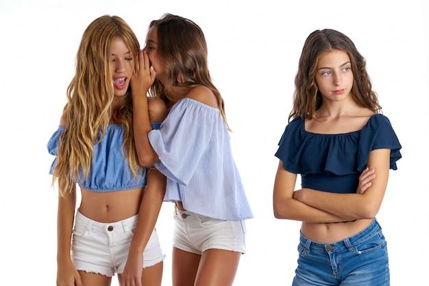 Migliori amici teenager che opprimono una ragazza triste a parte Foto Premium