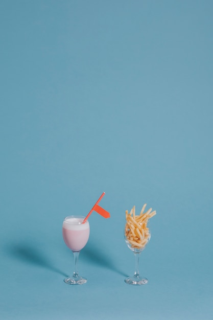 Milkshake alla fragola e patatine fritte Foto Gratuite