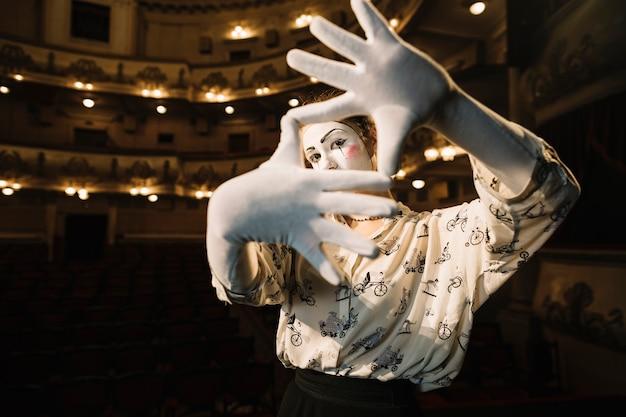 Mime femmina facendo una cornice a mano Foto Gratuite