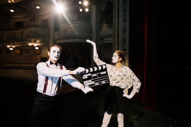 Mimo maschio artista in piedi davanti al mimo femminile artista sul palco Foto Gratuite
