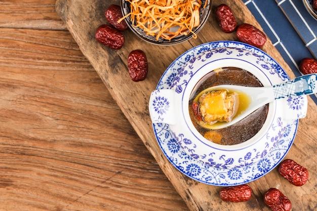 Minestra di osso di maiale fiore cordyceps, cibo cinese Foto Premium