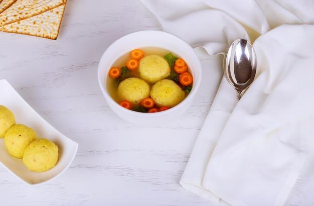 Minestra di palla di matzoh della cucina tradizionale ebraica Foto Premium