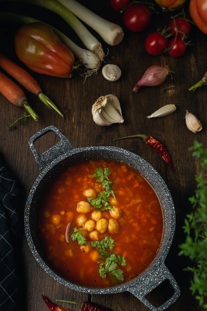 Minestra vegetariana o vegana di verdure, lenticchie e ceci, fonte di proteine Foto Premium