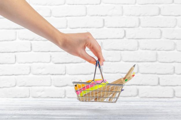 Mini carrello con penne e matite colorate Foto Premium