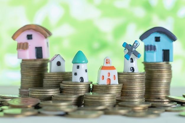 Mini casa sulla pila di monete Foto Gratuite
