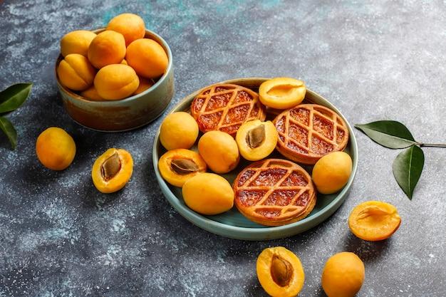 Mini crostate di albicocche rustiche fatte in casa con frutta fresca all'albicocca Foto Gratuite