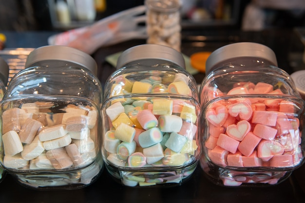 Mini marshmallows colorati in bottiglia Foto Premium