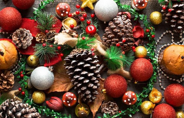 Mini panettone con frutta e decorazioni natalizie, Foto Premium
