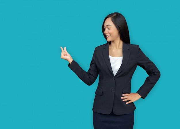 Mini prodotto attuale della mano aperta abbastanza asiatica della donna di affari sul fingle con il blu Foto Premium