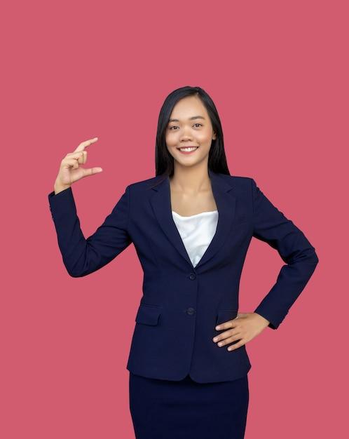 Mini prodotto attuale della mano aperta abbastanza asiatica della donna di affari Foto Premium