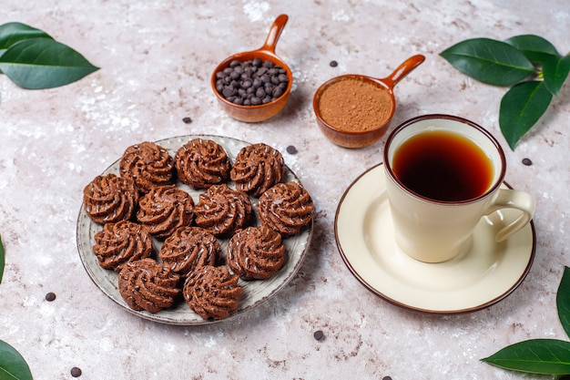 Mini tartufi al tartufo con gocce di cioccolato e cacao in polvere Foto Gratuite