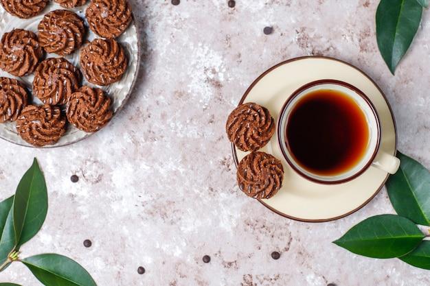 Mini tartufi con gocce di cioccolato e cacao in polvere, vista dall'alto Foto Gratuite