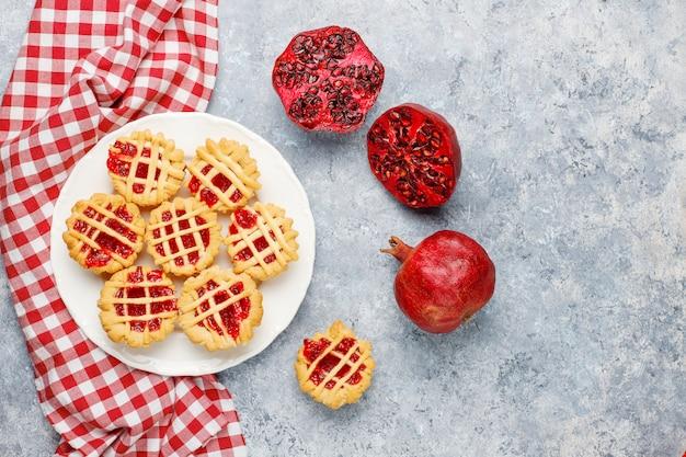 Mini torte deliziose della bacca rossa, vista superiore Foto Premium
