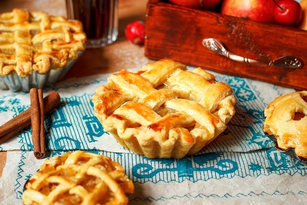 Mini torte di mele fatte in casa su legno rustico con caffè Foto Premium