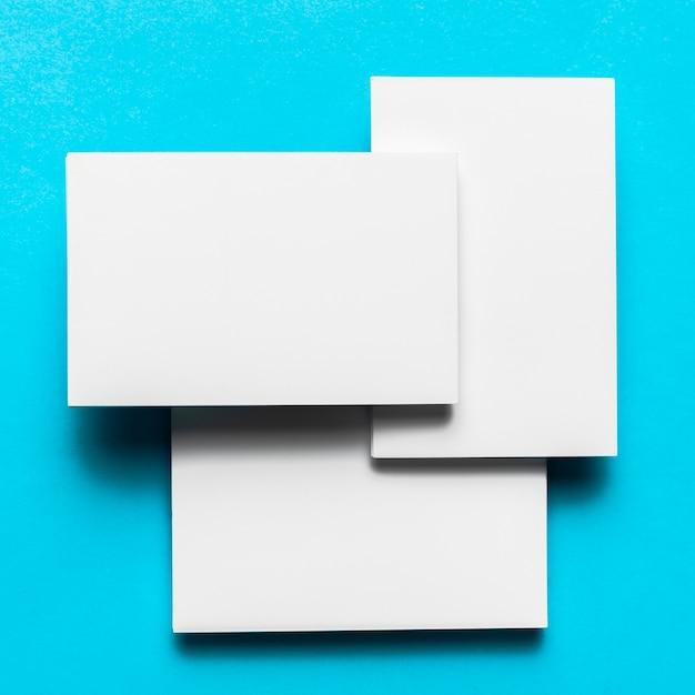 Miscela di buste bianche con disposizione piatta Foto Gratuite