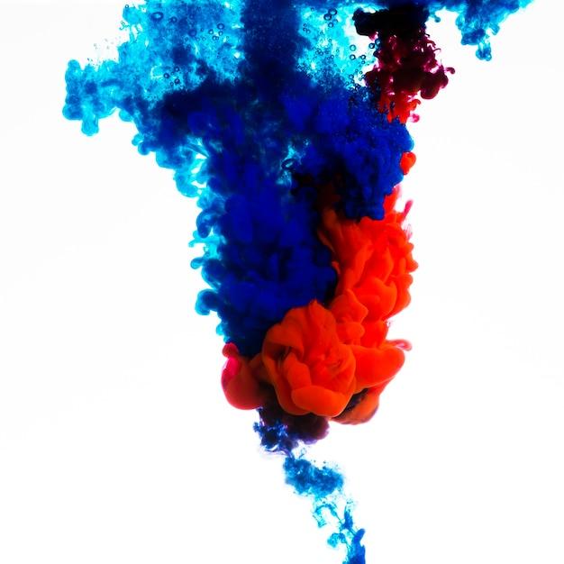 Miscelazione di inchiostro blu e rosso brillante Foto Gratuite