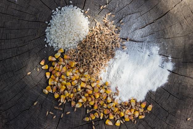 Miscele di cereali su sfondo di legno Foto Gratuite