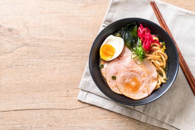 Miso piccante udon ramen noodle con carne di maiale Foto Premium