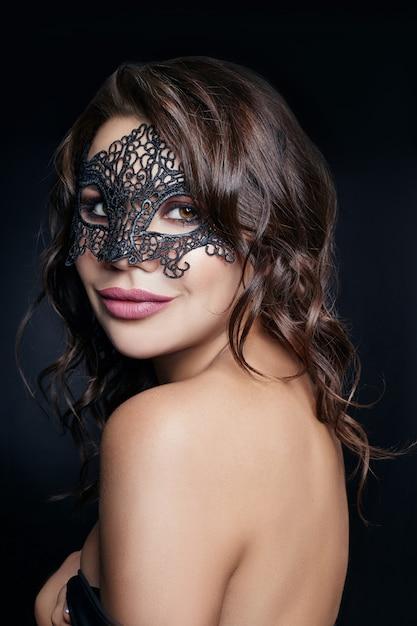 Misteriosa ragazza in maschera nera, mascherata Foto Premium