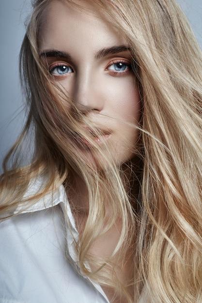 Misterioso e romantico con lunghi capelli biondi Foto Premium