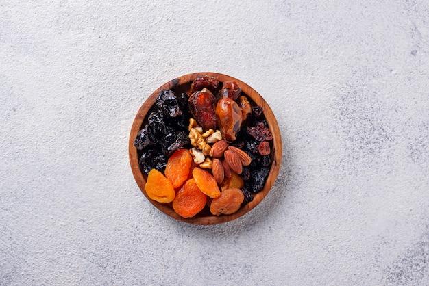Mix di frutta secca e noci nel piatto Foto Premium