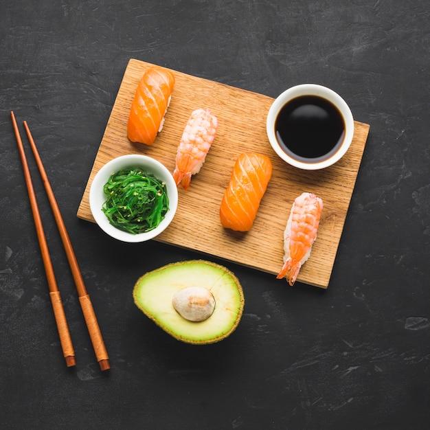 Mix di vista dall'alto di placcatura sushi Foto Gratuite