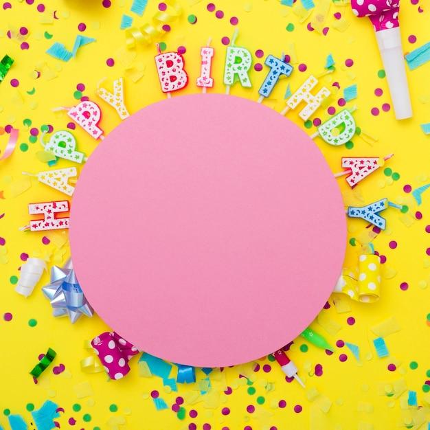 Mix festoso di articoli per feste con candele Foto Gratuite
