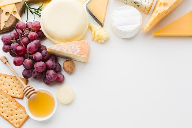 Mix piatto laici di formaggio gourmet e uva con spazio di copia Foto Gratuite
