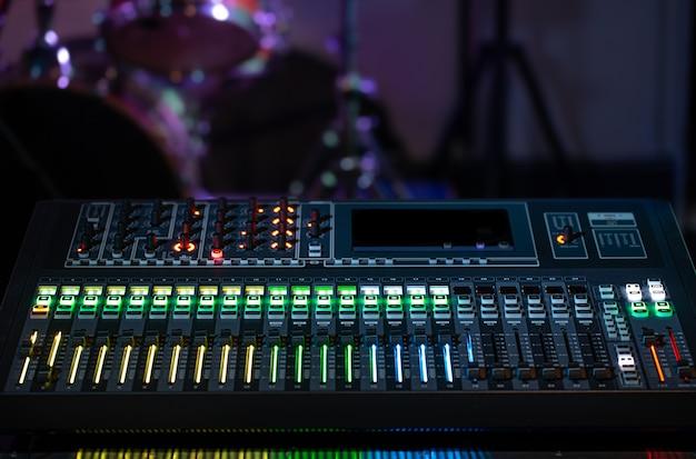 Mixer digitale in uno studio di registrazione. lavora con il suono. concetto di creatività e spettacolo. Foto Gratuite