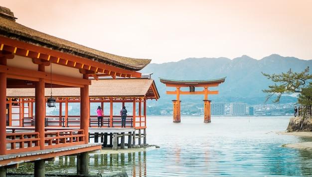 Miyajima torii galleggia sull'acqua. Foto Premium
