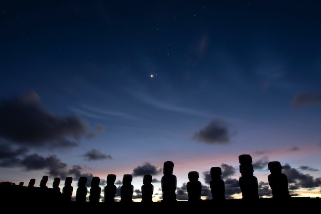 Moais all'alba, ahu tongariki, isola di pasqua Foto Premium