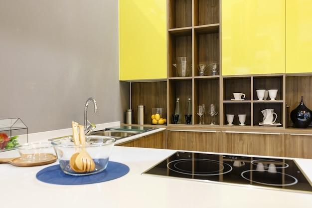 Mobili da cucina moderni con utensili da cucina contemporanei come ...