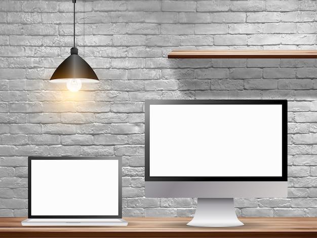 Mock up computer portatile con monitor desktop sul tavolo in legno con muro di mattoni bianchi Foto Premium