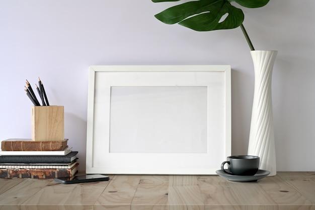 Mock up frame sul tavolo e gadget home office. Foto Premium