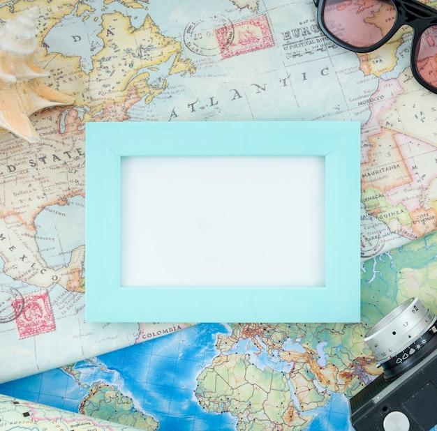 Mock-up incorniciato su una mappa del mondo Foto Gratuite