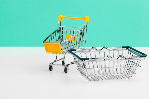 Mock up shoppong carrello online sul tavolo scrivania ufficio morbido muro blu Foto Premium