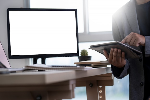 Mock up usando il portatile con il computer schermo vuoto moderno Foto Premium